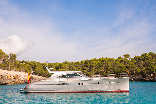 Side view of Mulder MotorYacht Kiney while chartering in Mallorca