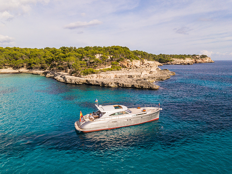 Side view of Mulder Yacht Favorite 1500 in Mallorca